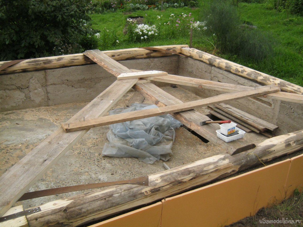 Простая недорогая крыша – укрытие для отдельно стоящего погреба