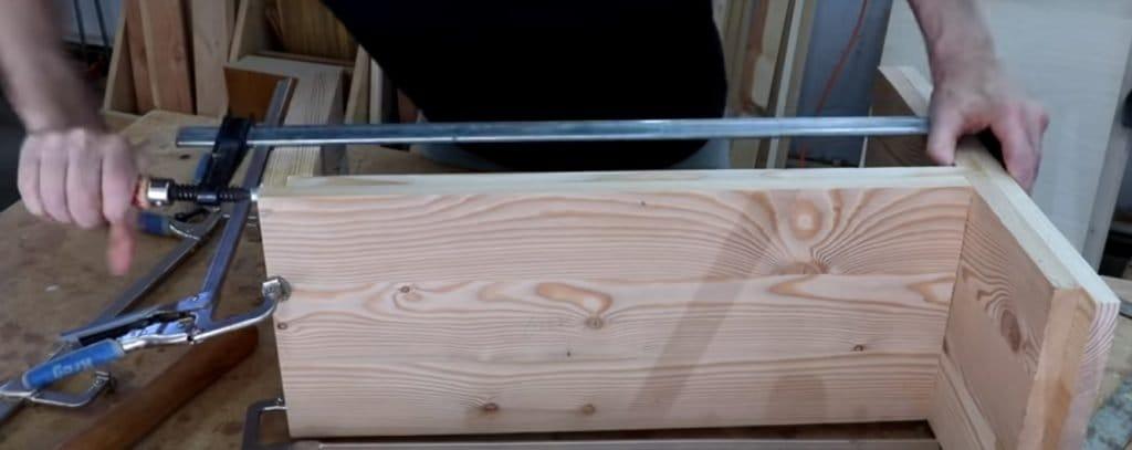 Стол-скамейка у кровати