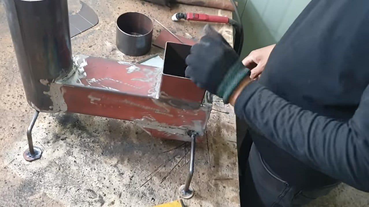 Простая маленькая печь с конфоркой и варочной плоскостью