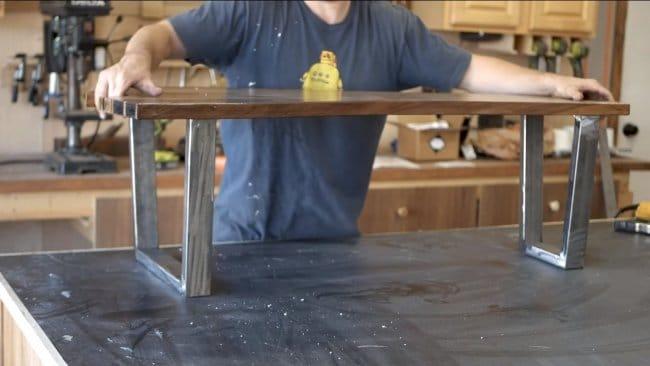Кофейный столик из гнутого шпона и эпоксидной смолы