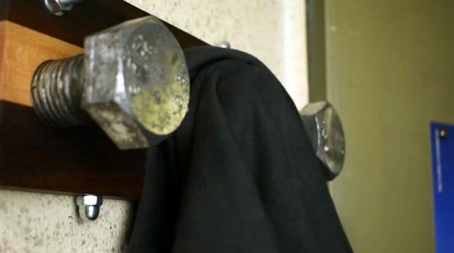 Суровая вешалка для одежды своими руками