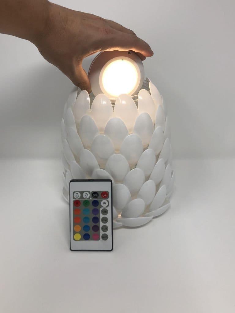 Настольный светильник с ДУ с плафоном из ложек
