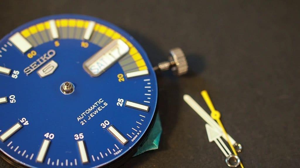 Циферблат для наручных часов, изготовленный по той же технологии, что и печатная плата