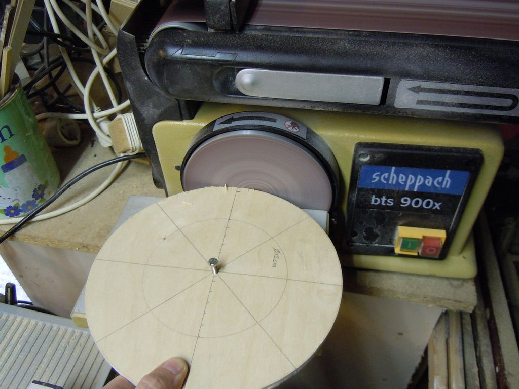 Увеличенный макет диафрагмы фотоаппарата
