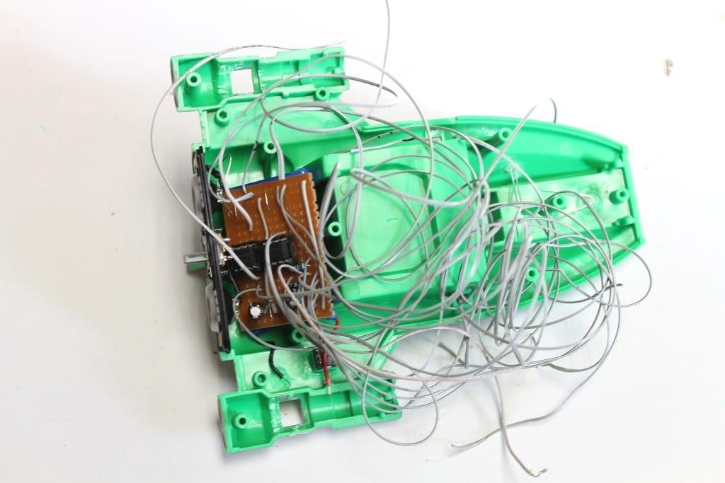 Добавление световых и звуковых эффектов к старому игрушечному звездолёту