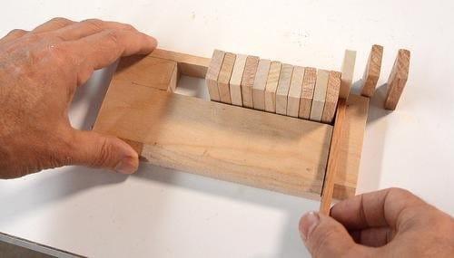 Машинка из дерева для расстановки домино в ряды