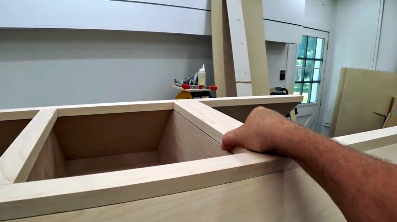 Самодельная рамка для шкафа в мастерской
