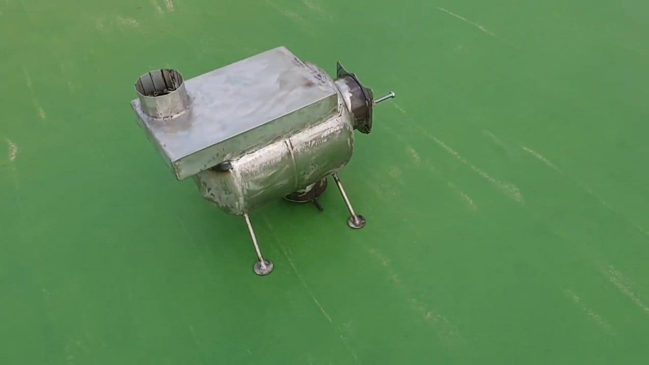 Маленькая, стильная печь с варочной плоскостью из газового баллона