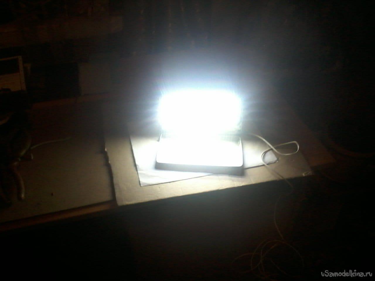 Яркий светодиодный фонарь для ремонта автомобиля