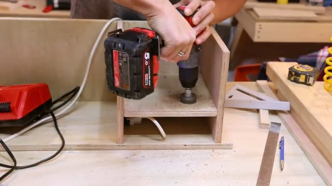 Полка для электроинструмента с зарядной станцией своими руками