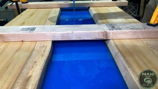 Стол «Река» с флуоресцентным пигментом и УФ-светодиодной подсветкой
