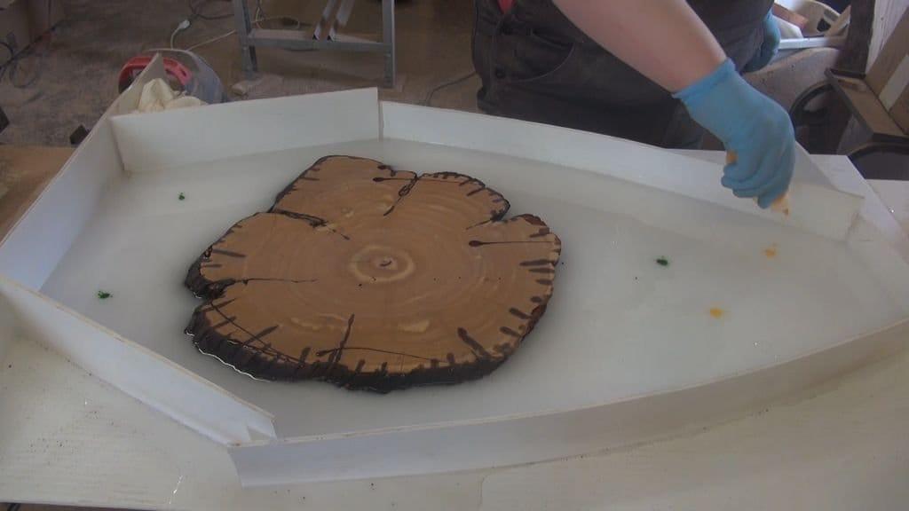 Настенные часы из древесного спила и эпоксидной смолы своими руками