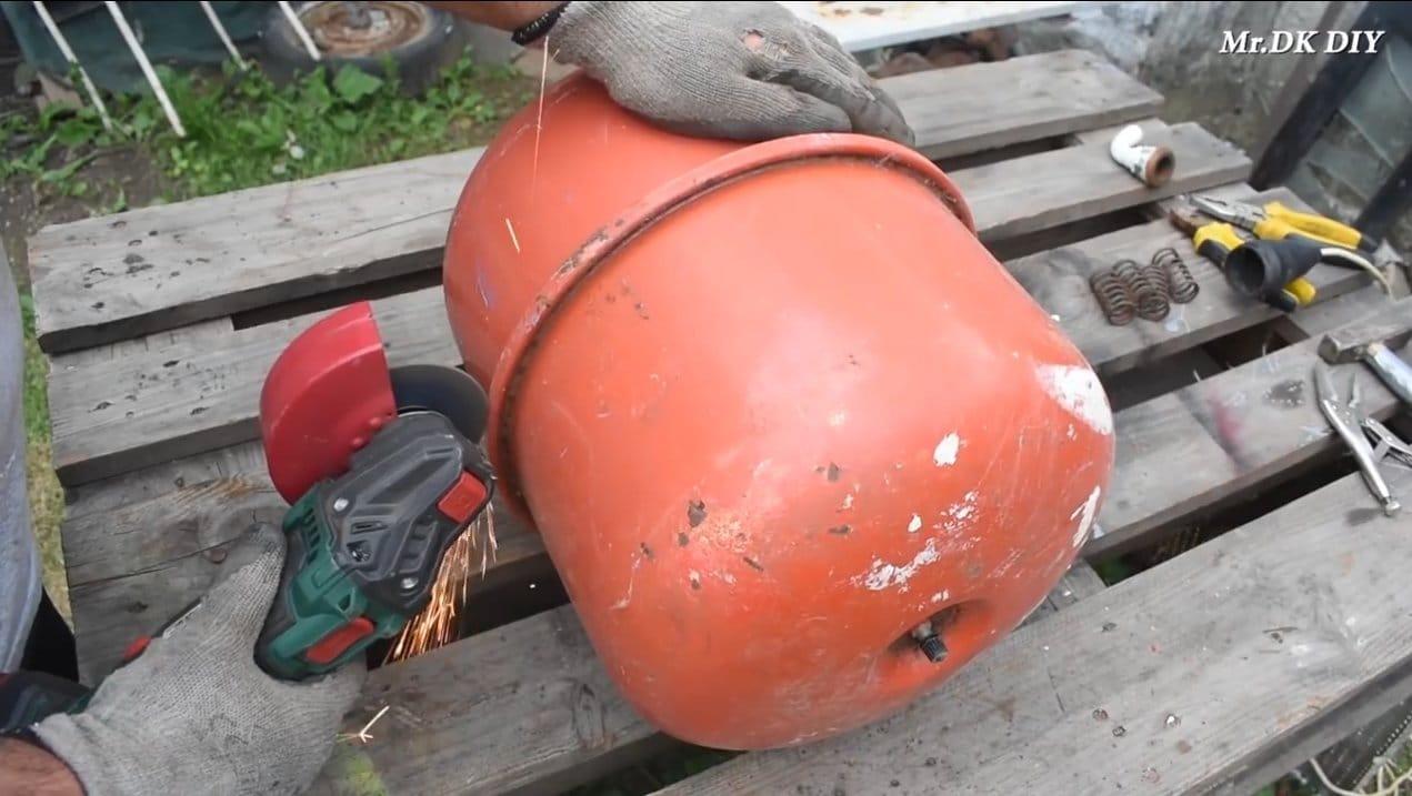 Вертикальный гриль из старого гидроаккумулятора