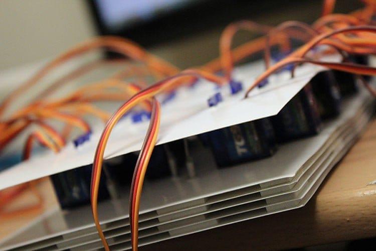 Механический дисплей с сервоприводами