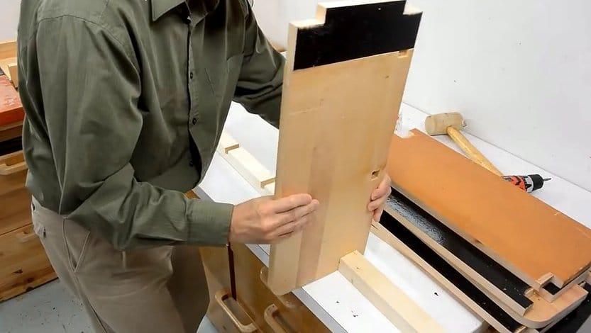 Встроенный стеллаж в гардеробе