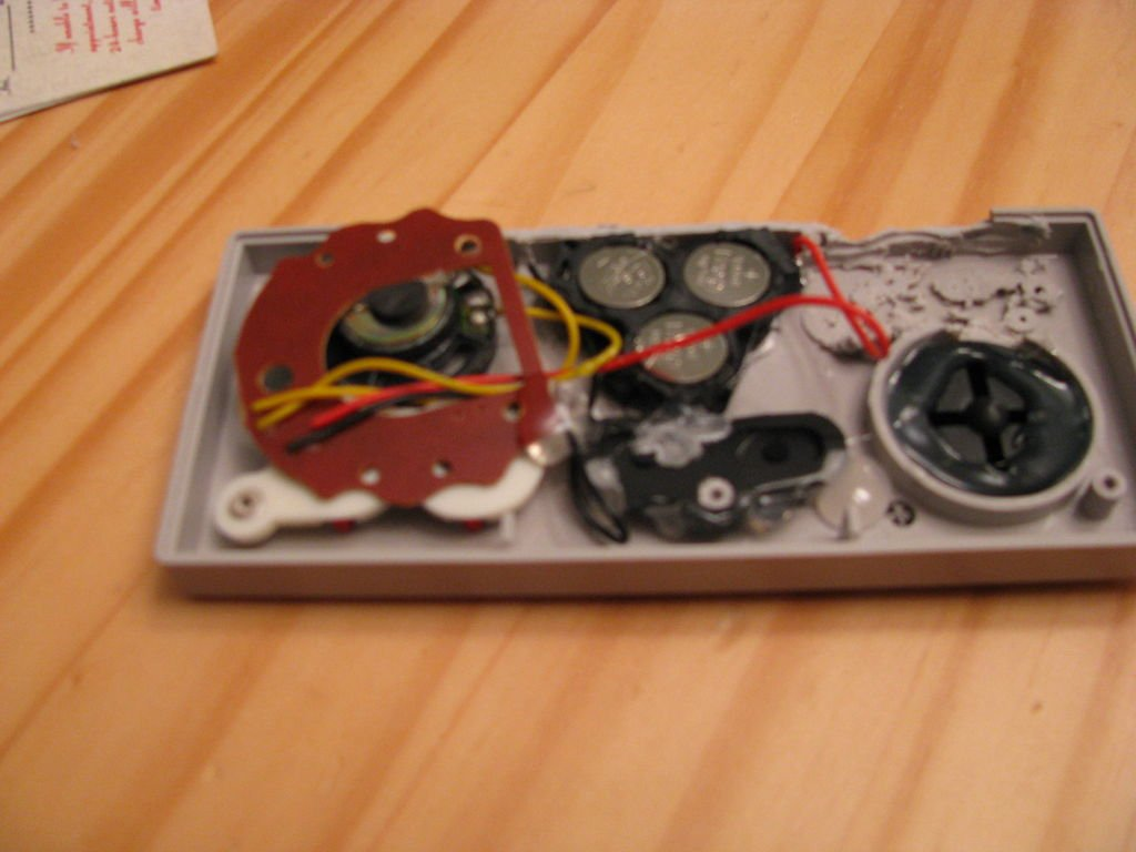 Озвученный держатель визиток из джойстика NES