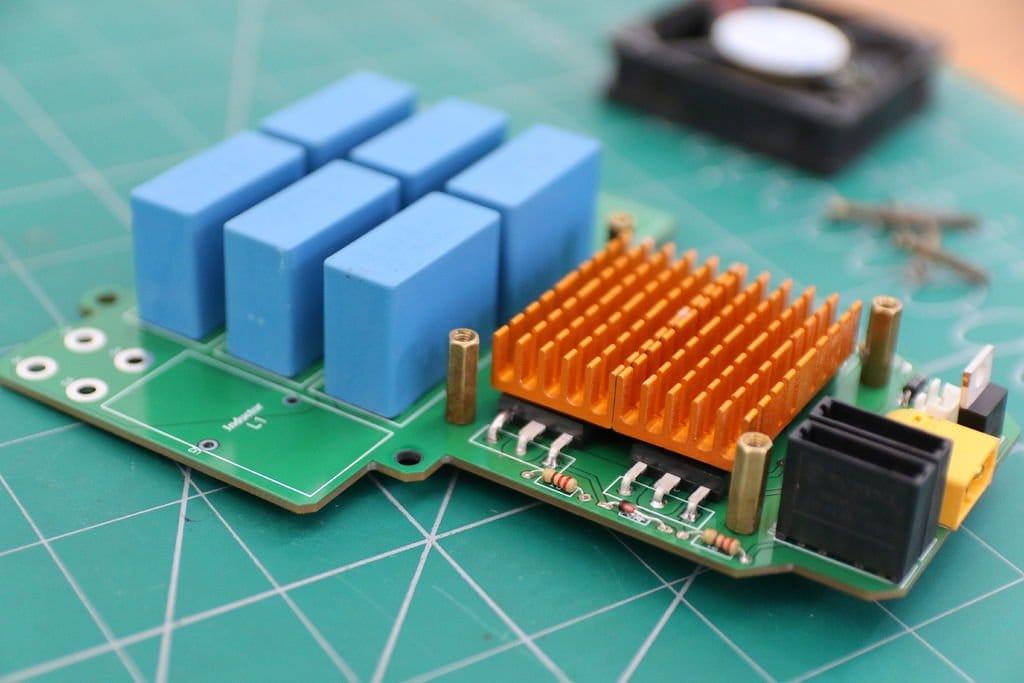 Индукционный нагреватель мощностью 2000 Вт
