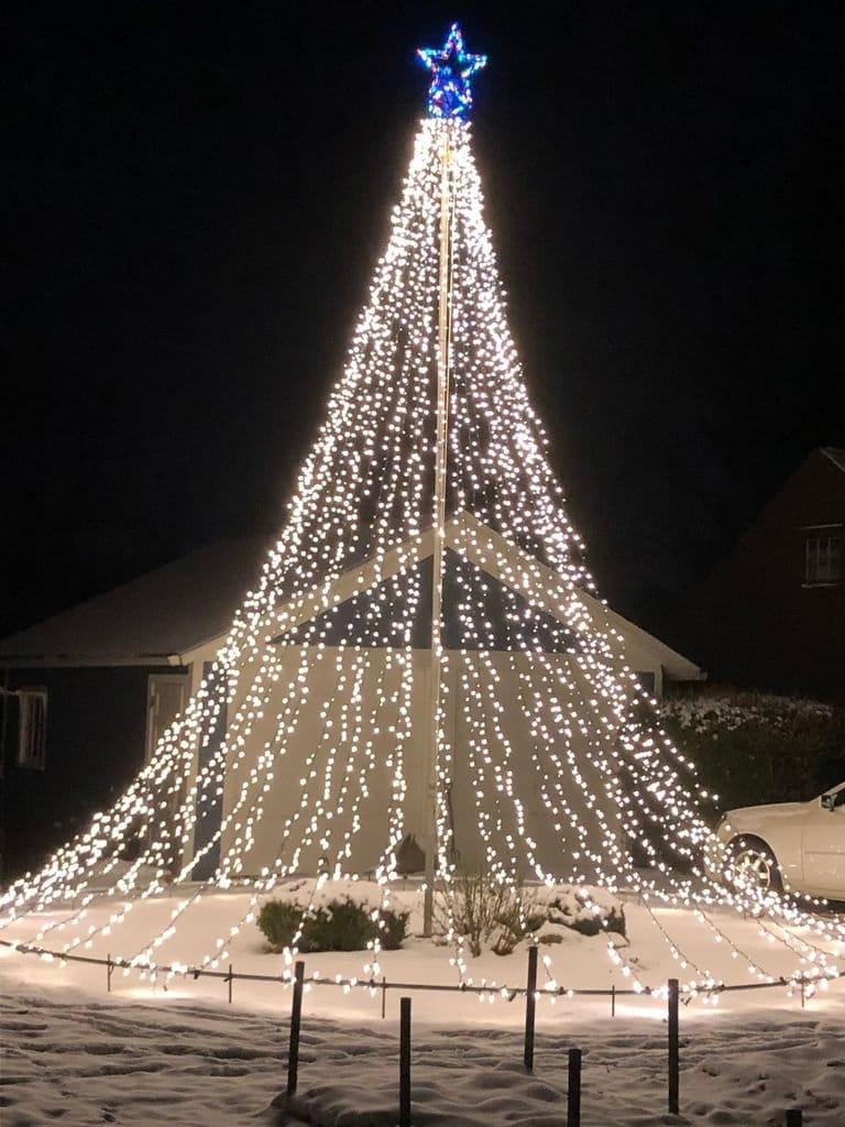 Огромная новогодняя елка из светодиодных гирлянд