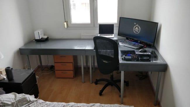 Стол со встроенным компьютером и полкой для ноутбука